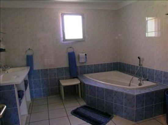 En suite badkamer met ligbad, douchecabine, etc - Villa Les Vues ...