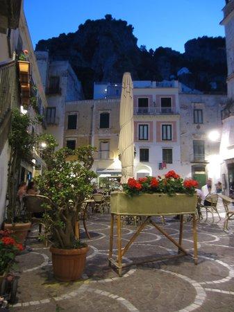 La Scogliera: Town square in Atrani