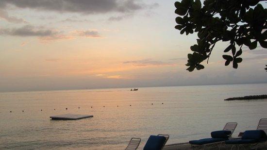 Round Hill Hotel & Villas : Floating raft in the ocean