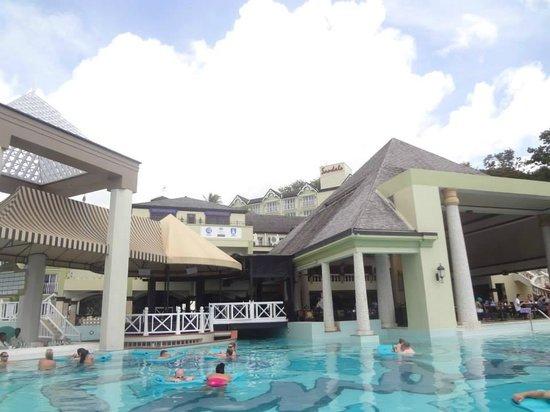 Sandals Regency La Toc Golf Resort and Spa: Pool side