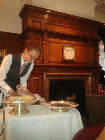 Brown's Hotel: Cake service
