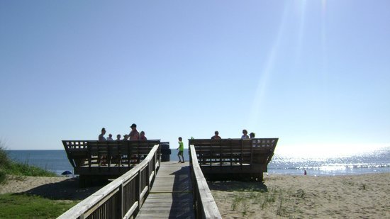 John Yancey Oceanfront Inn: Boardwalk to the beach