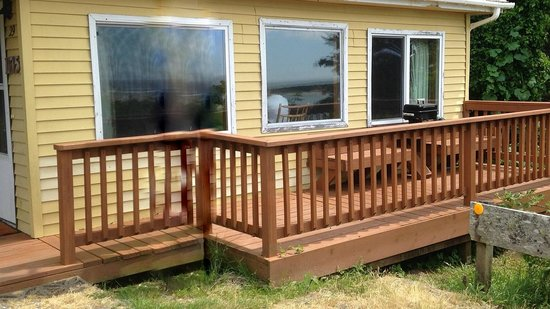 Terimore Lodging by the Sea: Front deck of yellow cabin