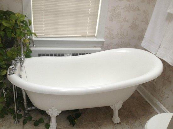 Stafford House : Clawfoot tub