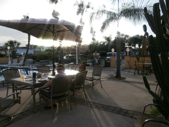 Gulf Tides Inn: outside tables by pool