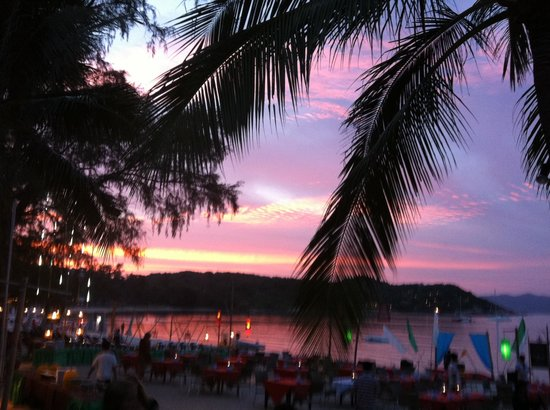 Royal Muang Samui Villas: Solnedgang over Choeng mon beach