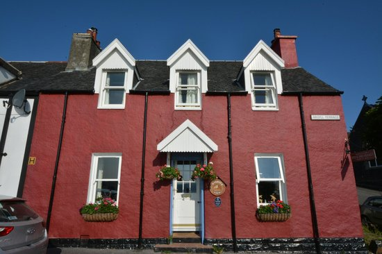 Harbour View Bed and Breakfast: The coloured façade. Rooms are upstairs.