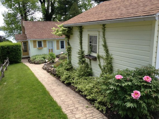 A B&B at The Edward Harris House Inn: Pond Cottage of Lake Ontario