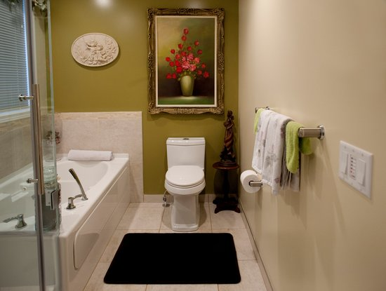 A River Road Bed & Breakfast : Ensuite bathroom with soaker tub and rainhead shower.
