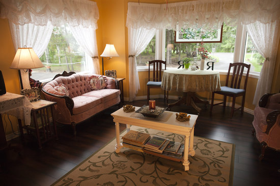 A River Road Bed & Breakfast : Private guest sitting room attached to upstairs bedroom.