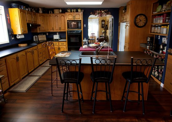 A River Road Bed & Breakfast : Kitchen and coffee bar.
