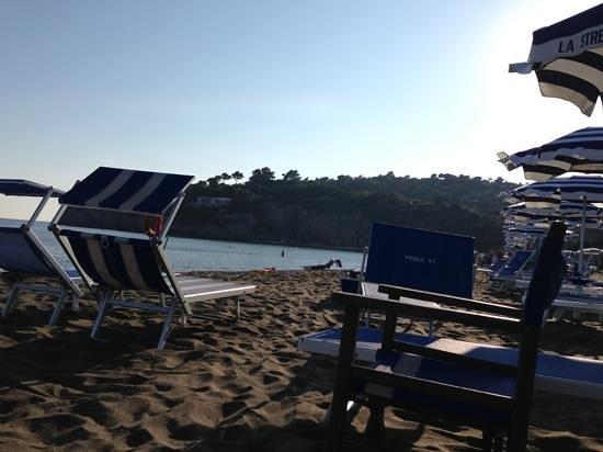 Stabilimento Balneare La Strega : spiaggia e vista sul promontorio