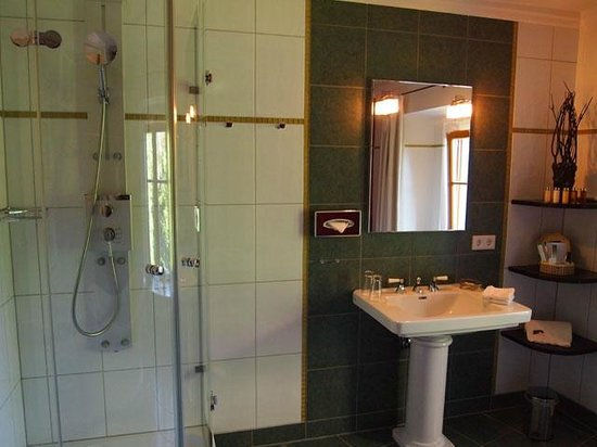 Hotel Herrnschloesschen: shower/ bath room
