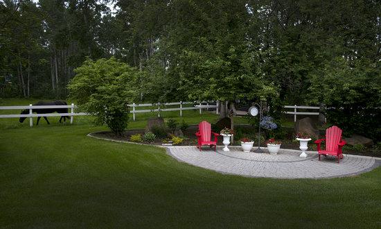 A River Road Bed & Breakfast : Cabin garden area.