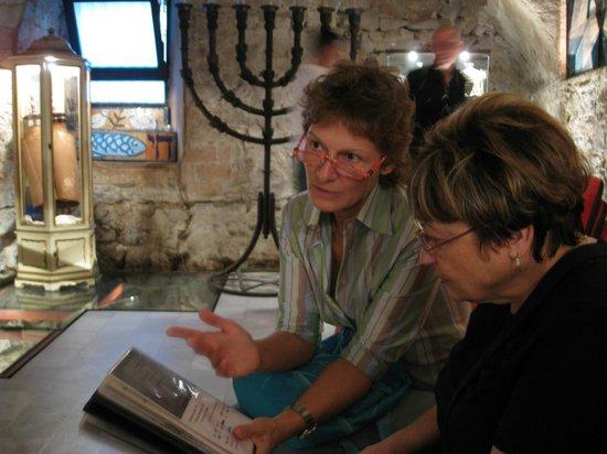Jewish Barcelona Urban Cultours : Dominique providing explanations at L'Antiga Sinagoga