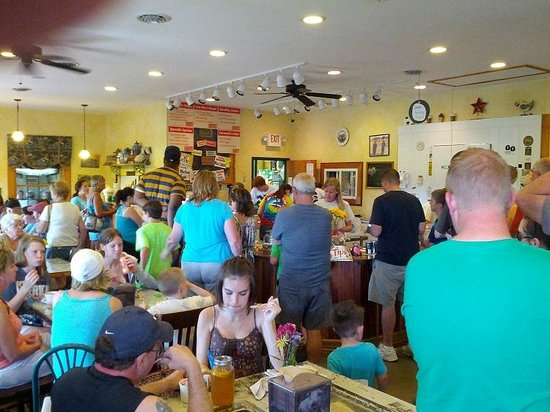 Broom's Bloom Dairy : the crowd at the dairy