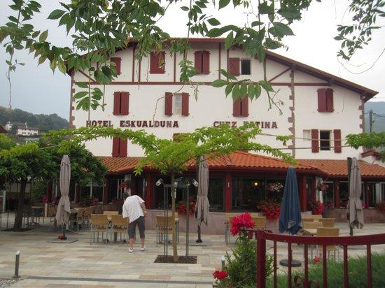 Hotel Restaurant Eskualduna: Hôtel et sa terrasse