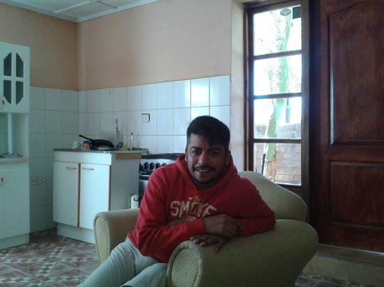 Los Algarrobos De Checar: en el comedor viendo  television