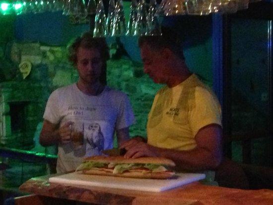 Oasis Studios & Apartments: Mickeys bar do the best sandwich