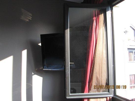 BEST WESTERN Hotel Litteraire Gustave Flaubert : Genius combination of window and TV