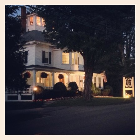 Maine Stay Inn and Cottages: Front of the Inn at night