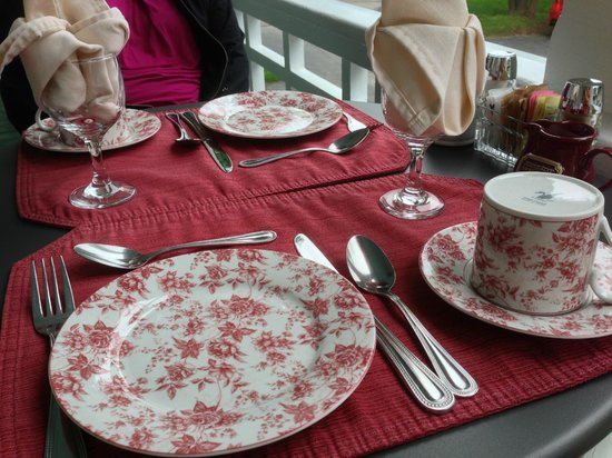 Maine Stay Inn and Cottages: Beautiful setting for breakfast each day