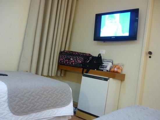 Hotel Rafain Centro: Frigobar e Tv nova.