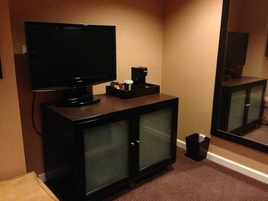 Mariposa Inn and Suites: Sitting room with 2nd TV, fridge, large mirror
