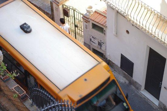 President Hotel Splendid: il mini bus di linea che passa davanti l'Hotel