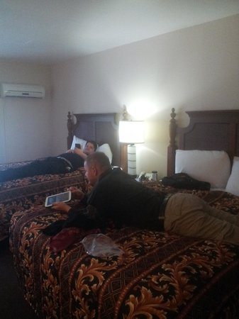 Knights Inn Los Angeles: Double king bed room