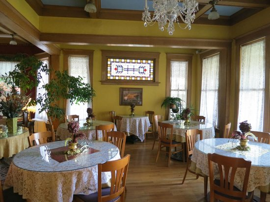 Inn at 410 Bed and Breakfast: Indoor dining are.