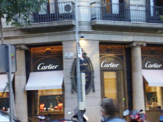 Equity Point Centric Hostel : Vizinho ao Hostel loja da Cartier.