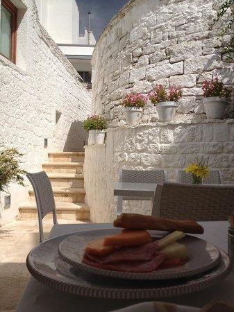 "Le Alcove ""Luxury Hotel nei Trulli"": Breakfast area"