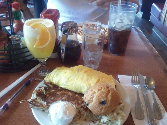 The Broken Yolk: The No Name Omelet and Orange/Pineapple Smoothie!