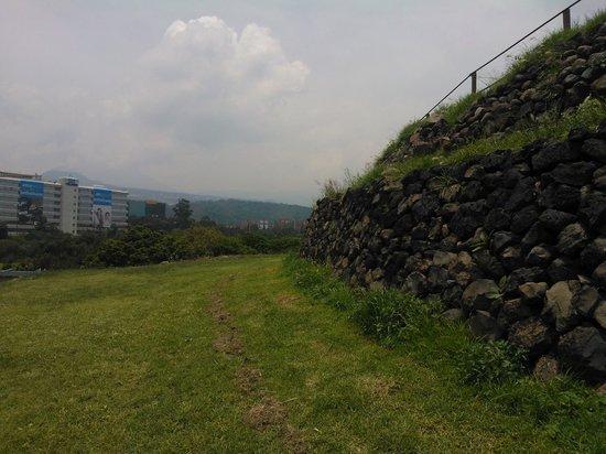 Cuicuilco: En uno de los niveles de la pirámide