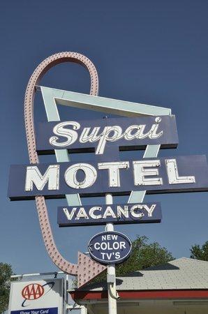 Supai Motel: Neón de día