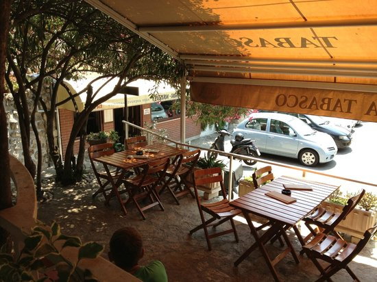 Pizzeria Tabasco : Outdoor seating area in the shade.