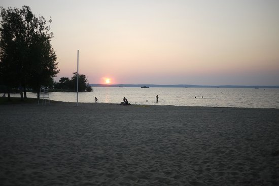 L'Estanquet: sunset at the lake