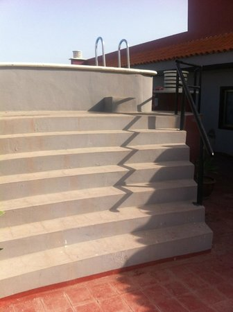 Hotel Aeropuerto Sur: 6 steps up to the pool and a big step at the top