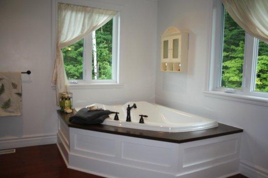 Auberge Chez Fougère : Room1- Sunk-in Bath