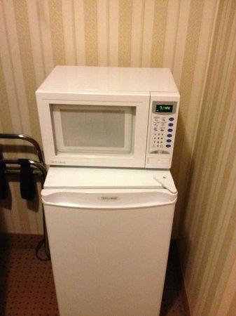 Quality Hotel & Suites : réfrigérateur et micro-onde a l'intérieur du garde robe?