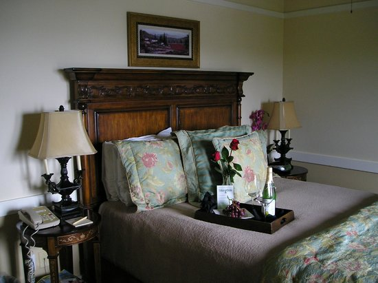 """Henderson Park Inn: Mini suite, queen bed and """"welcome"""" roses, grapes & drink."""