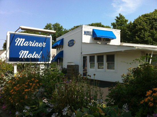 Mariner Motel: The front of the motel- street view