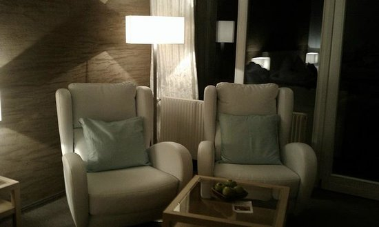 Hotel Verwall: Beautiful white leather rotating armchairs