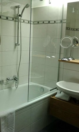 Hotel Verwall: Bath and sink