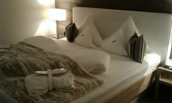 Hotel Verwall: Bed with beautiful white coloured leather back