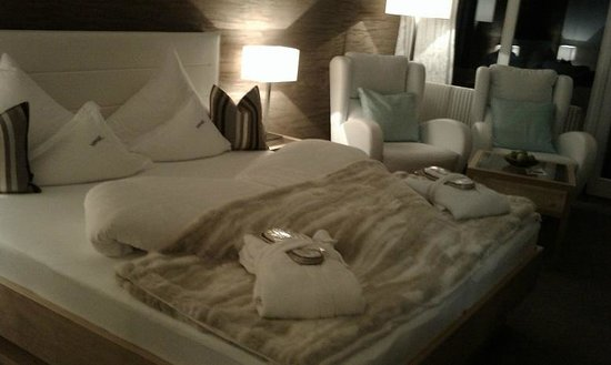 Hotel Verwall: Room decoration - bed and armchairs