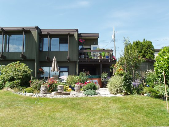 Hidden Harbour Vacation Rental and B&B: Looking at B&B from backyard