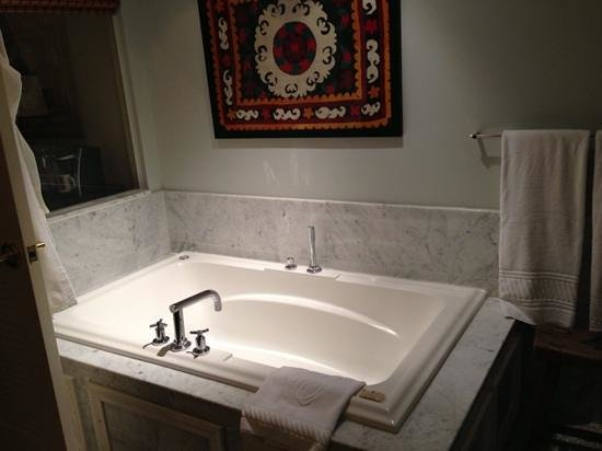 Emerson Resort & Spa: nice size jacuzzi tub