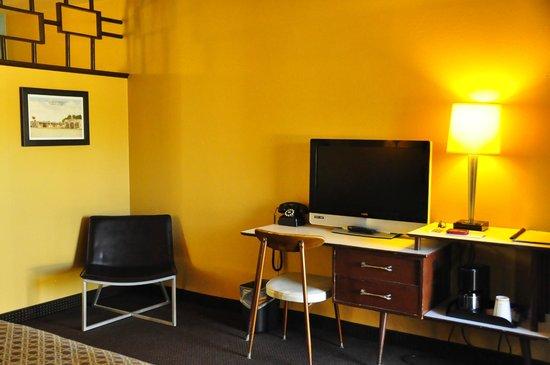 Motel Safari: Habitación - TV y sillón